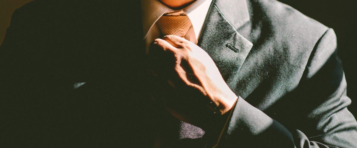 Le costume sur- mesure : le dress code idéal des hommes ronds ?