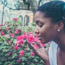Femme ronde : 3 avantages d'avoir des cheveux crépus… Dites STOP aux lissages !