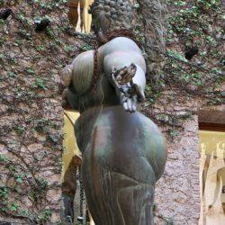 L'art tout en rondeurs : les belles fesses de la reine Esther. Une œuvre atypique d'Ernest Fush.